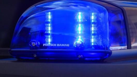 Das Blaulicht eines Funkstreifenwagens blinkt.