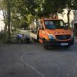 Acht Bänke montierten Mitarbeiter des Straßenbauamtes