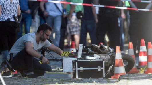 Nach den Schüssen in Lichtenberg, bei dem ein 28-Jähriger ums Leben kam, untersucht ein Kriminaltechniker inLichtenberg einMotorrad
