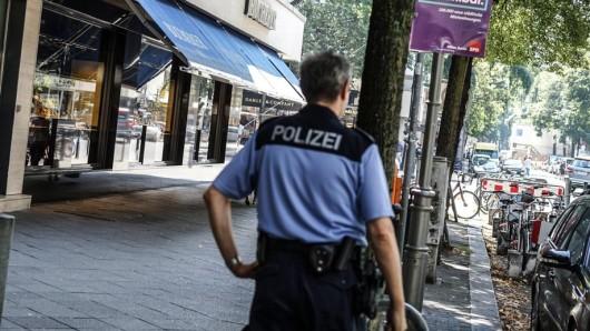 Ein Polizist am kurz zuvor überfallenen Juweliergeschäft