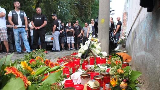 Mitglieder der Guerilla Nation haben Blumen und Kerzen für ihr getötetes Mitglied niedergelegt