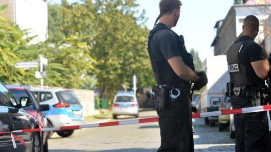Polizisten sichern den Tatort ab, an dem ein Mann tödlich verletzt wurde.