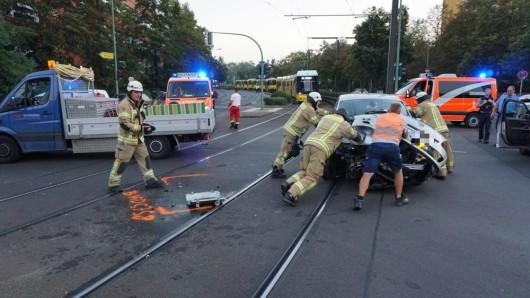 Am Auto entstand Sachschaden. Die Fahrerin wurde leicht verletzt