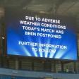 Die Menschen im Stadion erfuhren von der Spielabsage per Sprecher und Anzeige als erste.