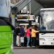 Rückzug:Noch fährt die Bahn-Tochter Berlinlinienbus, doch ab Ende 2016 wird der Fernbus-Betreiber Flixbus (l.) fast Monopolist sein.