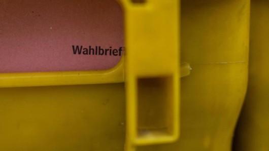 Ein Wahlbrief steckt in einer Postbox.