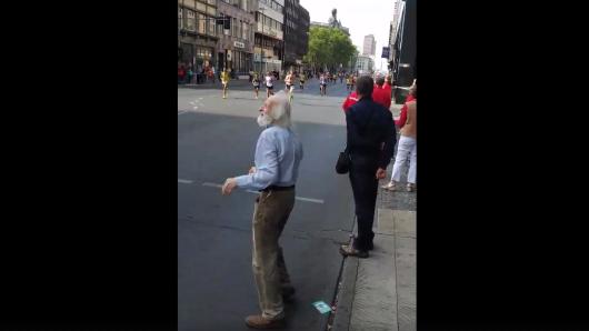Dieser Opa hat beim Berlin-Marathon für gute Laune gesorgt