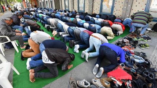 Da die Al-Farouk-Moschee in Potsdam zu klein ist, müssen viele Gläubige beim Freitagsgebet draußen beten