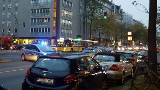 Polizeieinsatz an der Charlottenburger Kantstraße am späten Donnerstagnachmittag