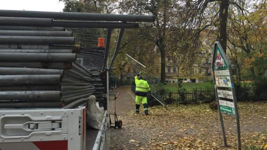 Ein Arbeiter stellt Zäune am Helmholtzplatz auf. Hier sollen Ratten mit Gift bekämpft werden