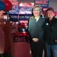 Gruppenbild mit Hilllary Clinton - der Pappmaché-Aufsteller muss genügen