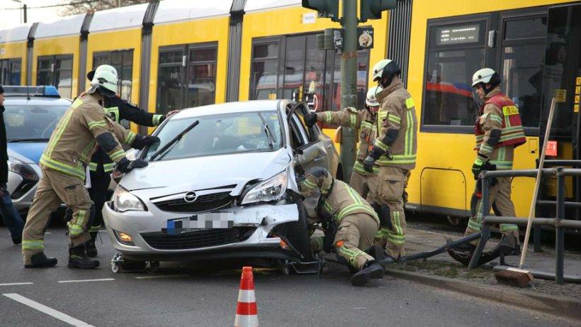 friedrichshain auto st t beim abbiegen mit tram zusammen polizeiberichte polizeimeldungen. Black Bedroom Furniture Sets. Home Design Ideas