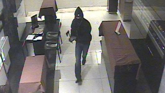 Das Bild einer Überwachungskamera zeigt einen der Täter mit einer Axt in der Hand