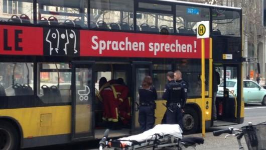 Im Bus leisten Rettungskräfte der Feuerwehr medizinische Ersthilfe. Polizisten sichern den Bereich