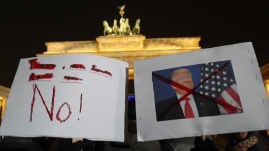 Nicht nur in den USA, sondern auch in Berlin zeigten Menschen, was sie von Donald Trump und seinen Ankündigungen halten