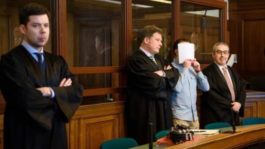 Hamdi H. mit seinen Anwälten im Gerichtssaal des Landgerichts Berlin