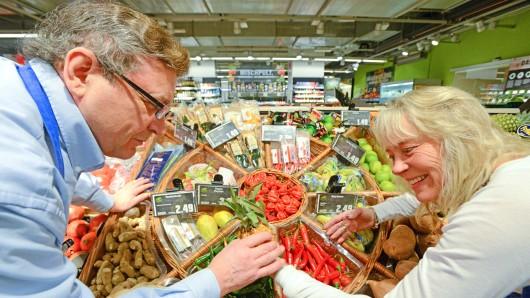 Abteilungsleiterin Martina Rodemann mit Mitarbeiter Ingo Drube in der Obst- und Gemüse-Abteilung