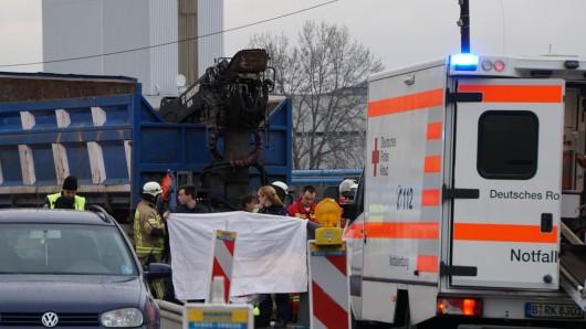 Der Motorradfahrer starb noch an der Unfallstelle. Die Rettungskräfte versuchten, ein verletztes Kind zu reanimieren