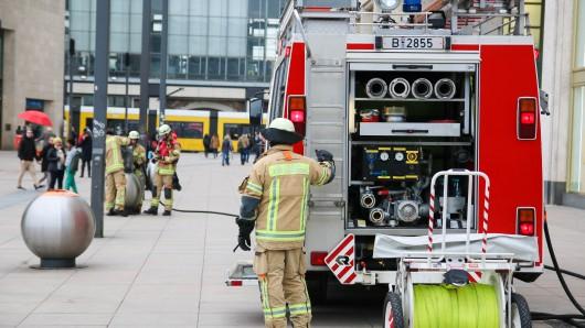 Einsatzkräfte der Feuerwehr löschen die Mülleimer