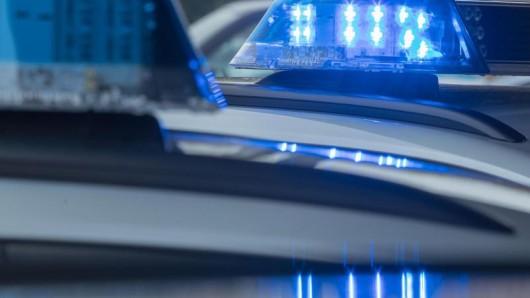 Ein leuchtendes Blaulicht auf dem Dach eines Funkstreifenwagens.