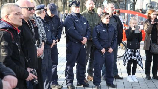 Schweigeminute für getötete Polizisten am Brandenburger Tor