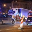 Bei einem Verkehrsunfall am Mehringdamm Ecke Gneisenaustraße in Berlin-Kreuzberg ist am Abend ein Radfahrer tödlich verunglückt.