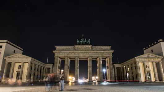 Licht aus! Das Brandenburger Tor am Sonnabend bei der Earth Hour