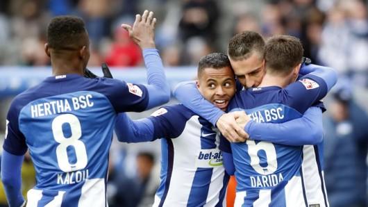 Mann des Tages: Kapitän Vedad Ibisevic (2.v.r.) bejubelt seinen Siegtreffer gegen Wolfsburg mit Salomon Kalou, Allan und Vladimir Darida (v.l.)