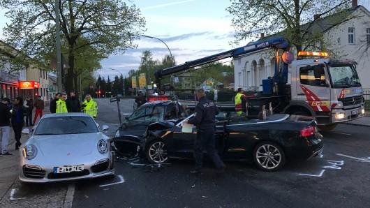 Berlin-Britz: Unfall mit Kleinwagen, Sportwagen und Cabriolet