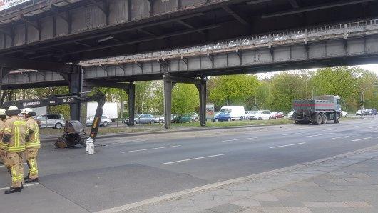 Der Ladekran blieb vor der Brücke liegen, der Lkw fuhr noch ein wenig weiter