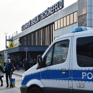 Fluggäste beim Verlassen des Terminals in Schönefeld