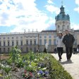 Schloss Charlottenburg: Viele Gäste besuchten bei schönem Wetter das Barockparterre im Garten des Schlosses. 17.000 Frühjahrsblumen haben die Gärtner gepflanzt, 20.000 Blumenzwiebeln werden in den nächsten Wochen aus der Erde sprießen