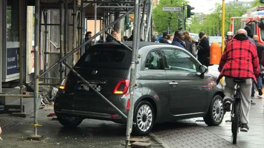 Das Fahrzeug wurde in ein Gerüst geschleudert