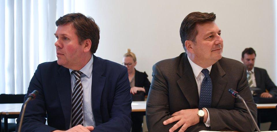 Der Berliner Innen-Staatssekretär Torsten Akman (l.) und Innensenator Andreas Geisel (beide SPD) bei der Sondersitzung des Innenausschusses