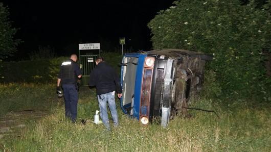 Nach einer Verfolgungsfahrt mit der Polizei stürzte dieser Transporter um