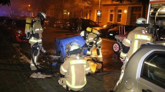 Feuerwehrleute löschen in der Rigaer Straße eine brennende Papiertonne