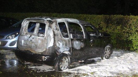 In Marienfelde brannte dieser Wagen aus. Die Polizei ermittelt wegen Brandstiftung