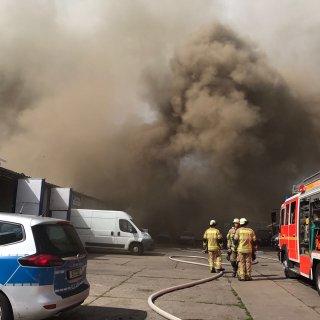 An der Grumbkowstraße in Niederschönhausen brennt eine Lagerhalle.