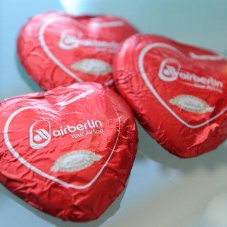 Schokoladenherzen, die bei Air Berlin an Fluggäste verteilt werden