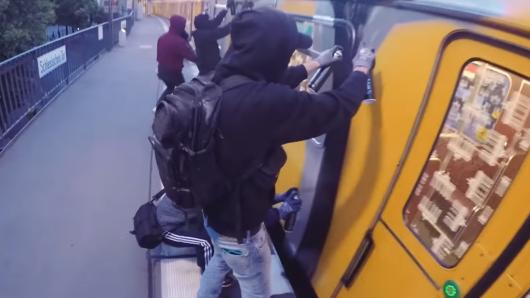 Die Vermummten besprühen eine U-Bahn am Bahnhof Schlesisches Tor