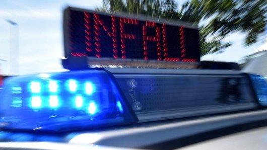Blaulicht und LED-Laufschrift Unfall auf einem Einsatzfahrzeug.