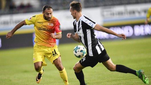 Unions Akaki Gogia (l.) und Sandhausens Tim Knipping kämpfen um den Ball