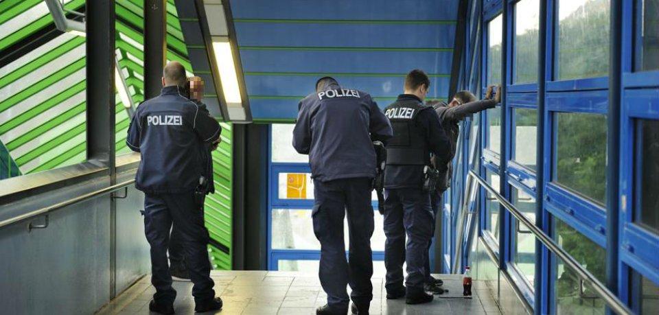 Polizisten durchsuchen mutmaßliche Junkies am Bahnhof Hermannstraße