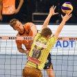 Schlagkräftig: Alekasandar Okolik  (l.) von den BR Volleys beim Schmetterball gegen Herrschings Tom Strohbach