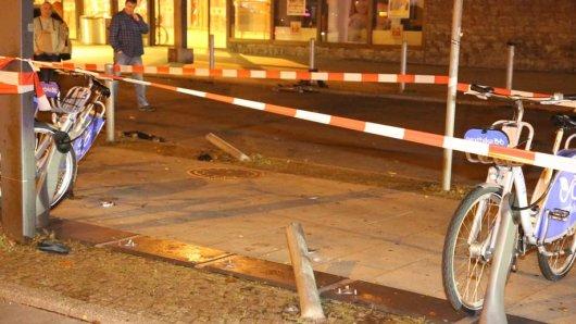 Das Auto einer Carsharing-Firma schlitterte in Lichtenberg in einen Parkplatz für Leihfahrräder