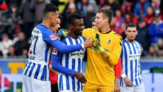 Am Ende waren alle zufrieden: Torschütze Salomon Kalou (M.) mit Hertha-Kollege Davie Selke (l.) und Freiburgs Schlussmann Alexander Schwolow