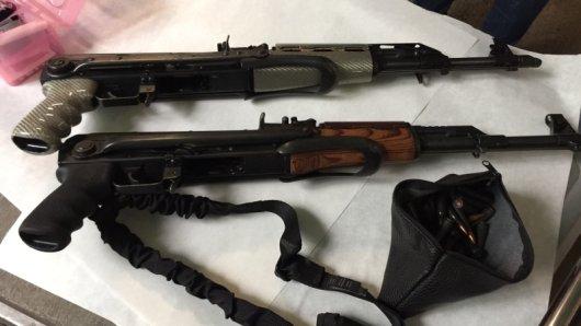 Die Polizei fand bei der Razzia Waffen und Munition
