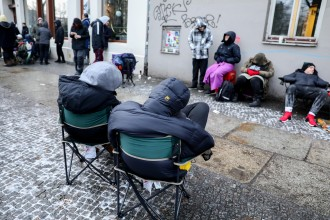 Turnschuh als Fahrschein: Fans warten vor Berliner Läden WELT