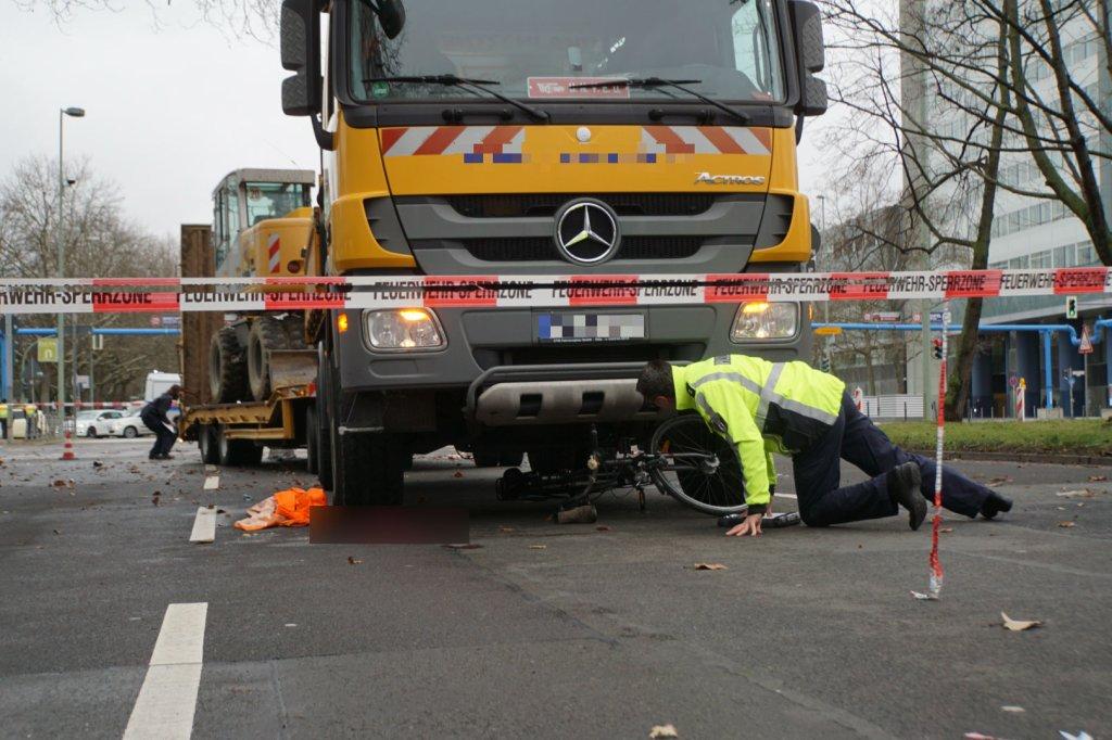 Radfahrerin bei Unfall mit Lkw lebensgefährlich verletzt ...