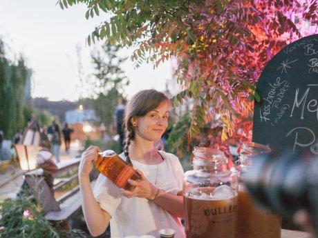 """Yvonne Rahm mixt in der """"Schwarzen Traube"""" im Kreuzberger Wrangelkiez. Gerade ist sie """"World Class Bartender Germany 2018"""" geworden"""